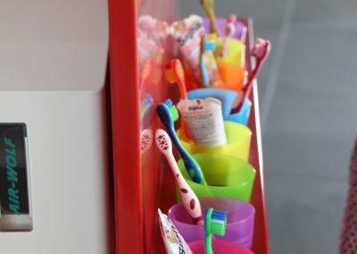 Kindergarten_Corian-Waschtisch-Insel_Becherspender